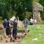 Danków zamek - wolontariusze podczas badań